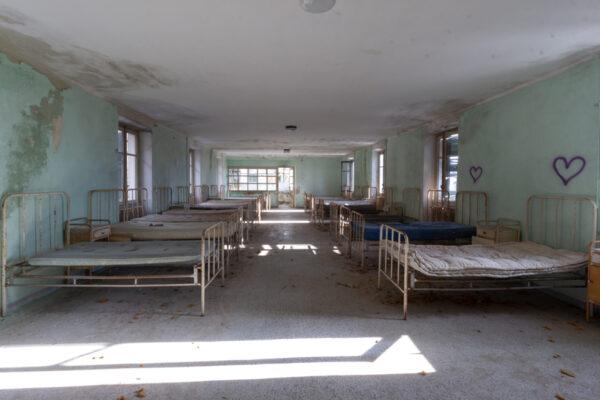 red cross dormitorio con letti