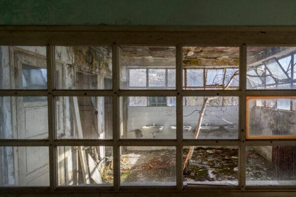 red cross vista del bagno attraverso una finestra